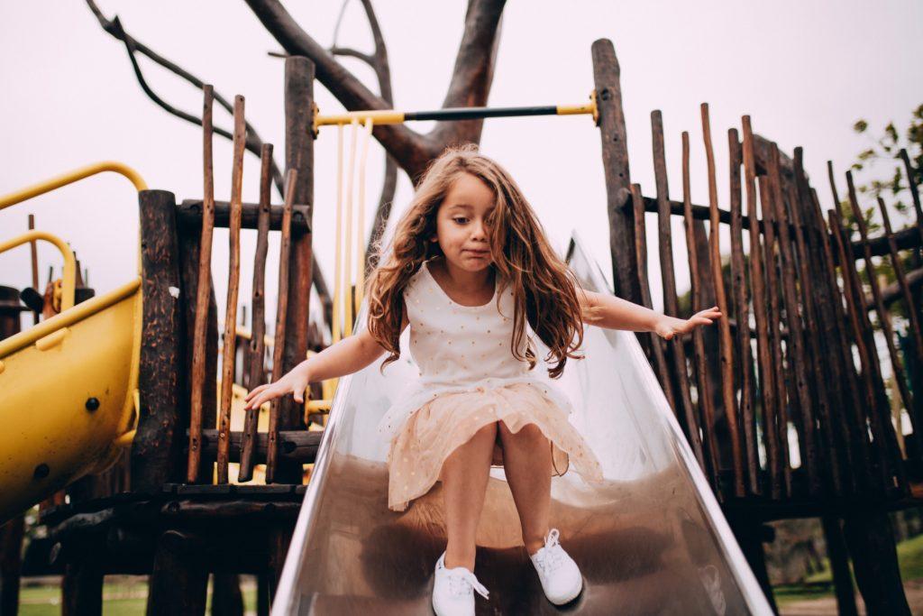 Enfant-joue-toboggan-aire-de-jeu